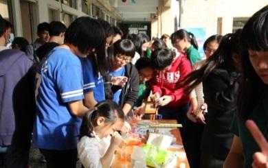 19校慶活動-將化學實驗搬進園遊會,綠園洗手乳DIY,不僅讓化學知識融入生活,也操練學生的表達能力(化學課程)