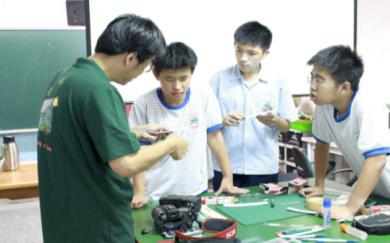 28教師到國中倡導科普課程,製作出光譜儀,將高中課程推廣至國中校園,深獲好評