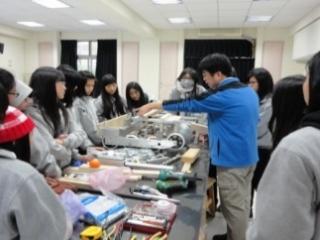 19從機器元件認識到資訊程式設計,從無到有,學生組裝出機器人。師生24人將於今年三月赴澳洲參加機械人投籃競賽