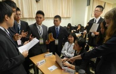 14世界青年高峰會中,各國代表進行協商溝通