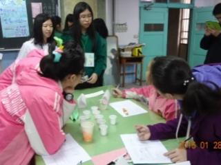 28科研社同學運用基礎知識與實作能力,辦理科學營,教導國中生科研學習策略